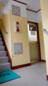 階段を2階まで上がったところに見える扉が当店です。無粋な扉なのでわかりにくいかもしれませんが遠慮なくお入りください!