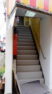この階段を上ります。これから雨の季節なので滑らないように注意してくださいね。