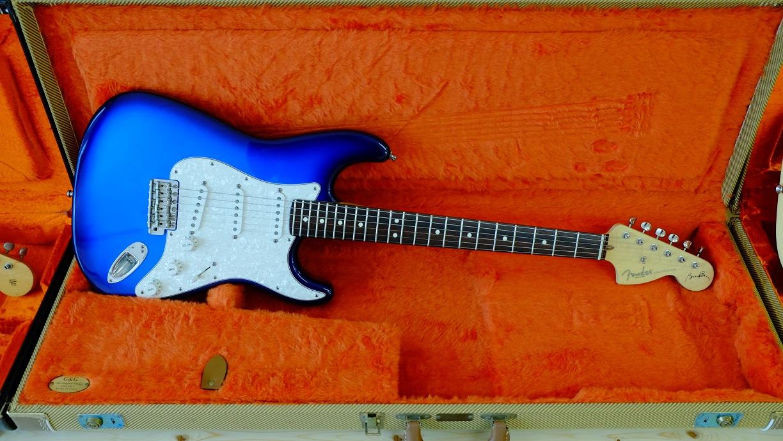 Fenderでは珍しいブルーのサンバーストのストラト。