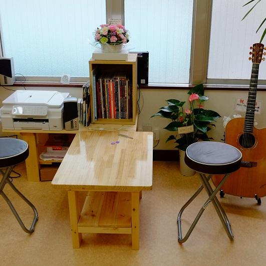 こちらは買取査定待ちのお客様などにおくつろぎいただくためのスペースです。書籍や時間つぶし用にアコギ(93年製K.Yairi YD62E)をご用意いたしました。