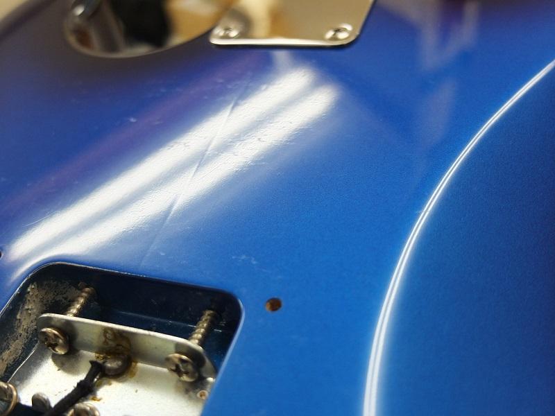裏面。ところどころ傷が見えます。ベルトのバックルのような打痕に近い傷ではなく、塗膜表面の傷です。