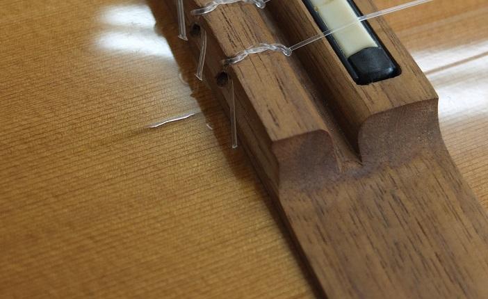 ブリッジ1弦下部に一か所だけ塗装の割れが見られます。