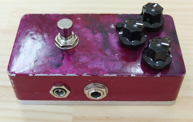 9V電池および通常のセンターマイナスの9Vアダプターで駆動。アダプターの場合は18VもOK。