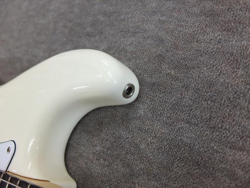 ストラップピンはダンカンの埋め込み式のタイプです。(もちろんストラップ側につける金具も付属。)