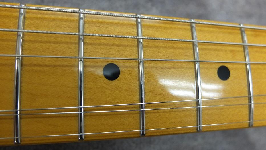 フレット。よく見ると弦の当たる部分がわかりますが、大きな凹みにはなっておらずほぼフラット。