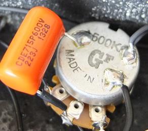 ポット、キャパシタは新品に交換してあります。せっかくSeymour Duncanなので贅沢にオレンジドロップにしました。