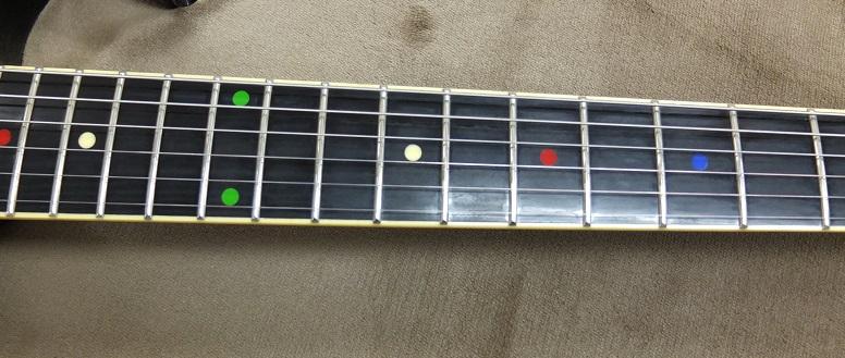 指板は樹脂製。フレットはよく見ると少し減りが見られますが、溝にはなっておらず、まだまだ弾きこめます。