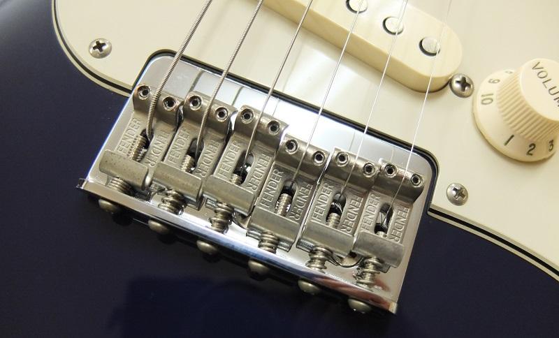 本モデルの最大の特長、Hardtailブリッジ。弦は裏通しします。