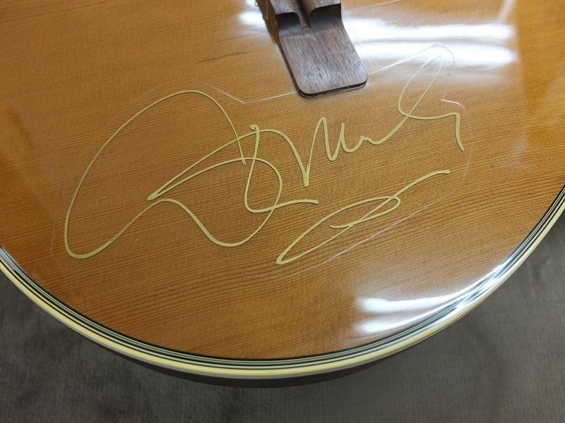 ディメオラ直筆のサイン。