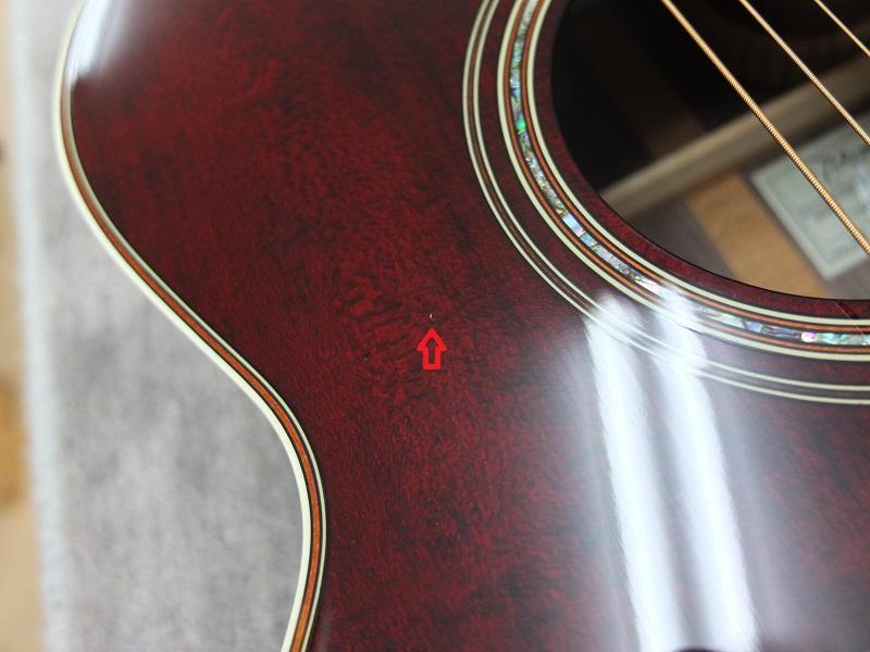 ボディトップは全体的にきれいですが、赤矢印で示した部分に直径1mm程度の打痕があります。