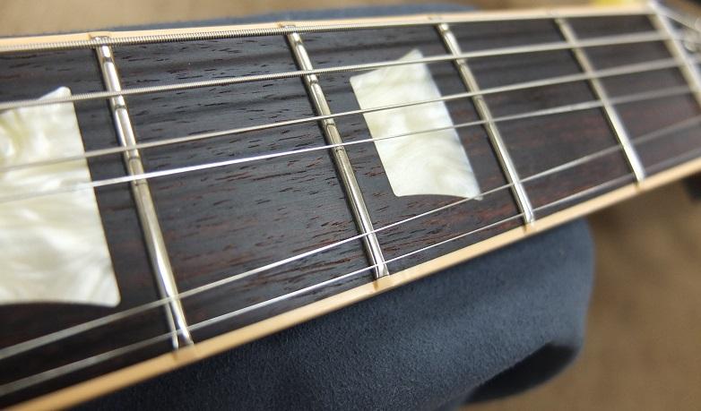 フレット。ローポジションのプレーン弦によく見るとわずかに弦の痕が確認できますが、他ほとんど減っていません。