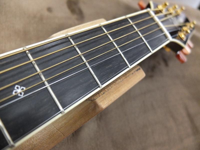 プレーン弦のロー側に少し溝が出来ていますが、まだ気にならない程度かと思います。