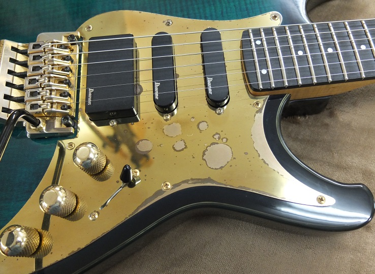 塗装部には小傷や小さな打痕がいくつかありますが、30年を経ているギターとしては全体的に切れだと思います。ピックガードはブラスにメッキが施されており。写真の通り、メッキの剥がれが見られます。ノブはブラス製。ピックアップはアイバニーズオリジナルのアクティブタイプ。