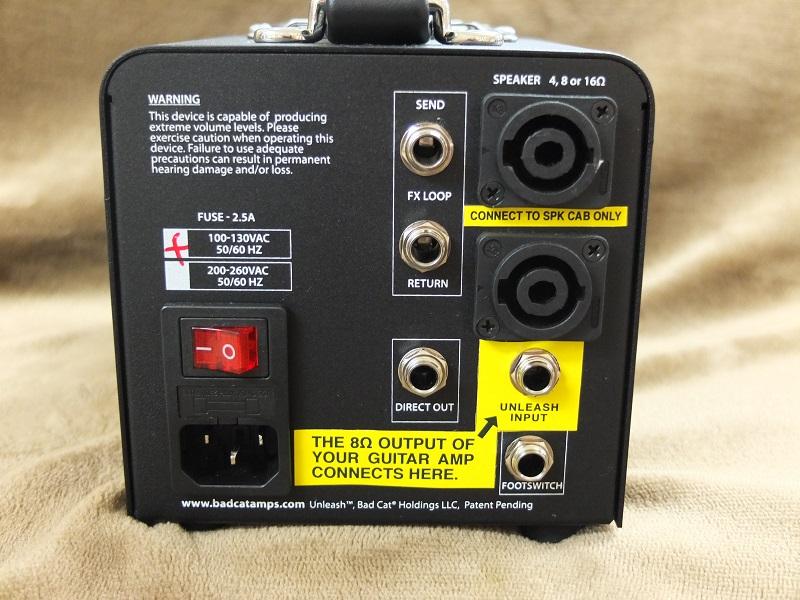 リアパネル。通常のアッテネータにはないフットスイッチ端子とセンドリターン、ミキサーなどに適切な信号を送るダイレクトアウトを装備。