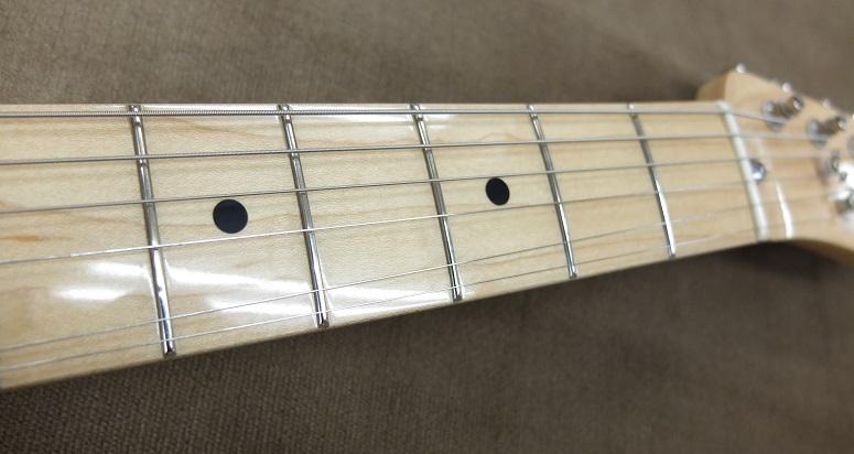 フレットはローポジション側に少し減りが見られますが、まだまだ擦り合わせはせずに弾きこめる程度。