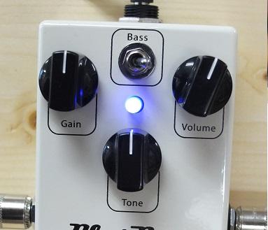 明るい青のLEDで視認性抜群。ミニスイッチによって低音を強調することができます。
