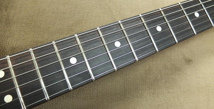 パーフェローの指板ですが、色は濃く見た目も◎。フレットはSRV本人と同じくJim Dunlop6100番に交換しました。