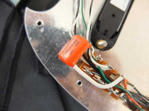 フロントPUのサウンドの低音をカットしたサウンドも選択可能。ローかとフィルタとしてはOrange Drop716Pを採用。
