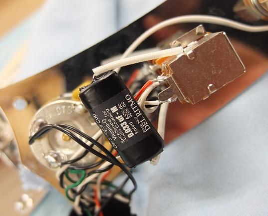 トーンはPush-Pullスイッチとなっており、ハーフトーンやハムバッキング時のPhase Outサウンドの切り替えができます。トーンのキャパシタはDel Ritomo VitaminQオイルキャパシタに交換。