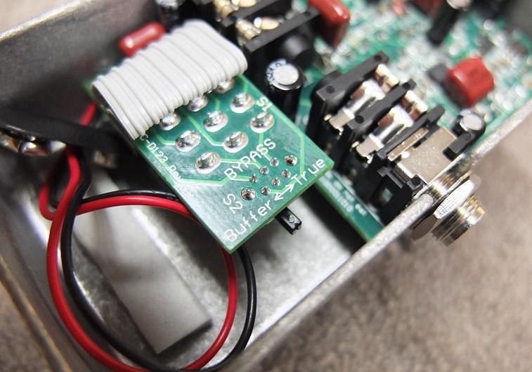裏蓋を外すとbuffer/True Bypassの切り替えスイッチがあります。エフェクターをたくさん使うプレイヤーにうれしい機能。