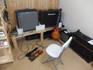 エレキギターの試奏機材。このほかエレアコ用、ベース用のアンプ(ともにPhill Jones)も用意しております。