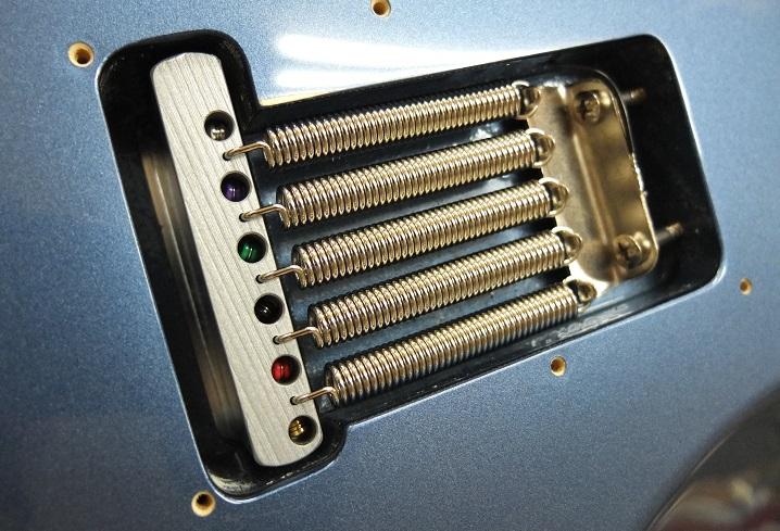 スプリングは響きが良くなると定評のRaw Vintageに、トレモロブロックもサウンドがより豊かになるスティール製に交換。