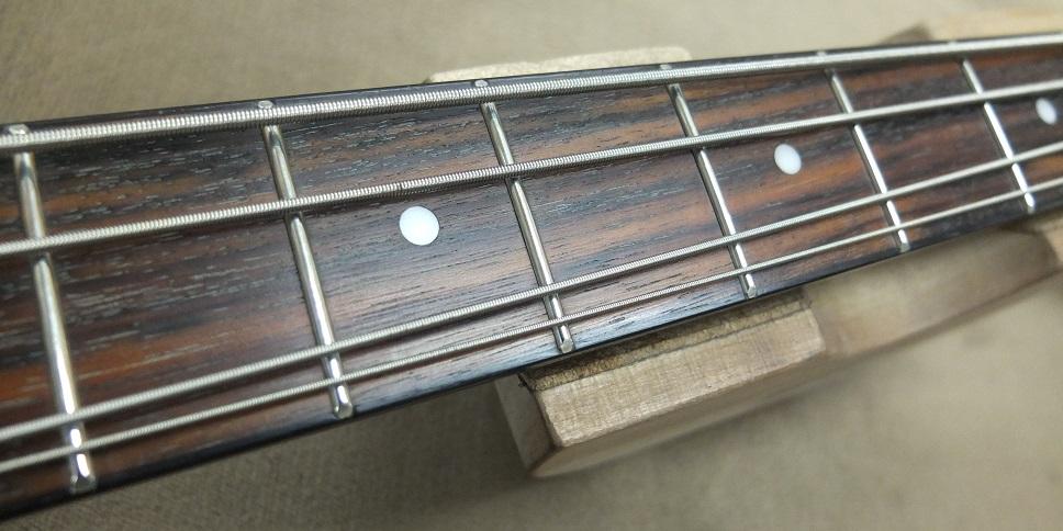 フレットの減りはわずかで弦による溝などはできていません。当店でフレット磨き、指板の保湿処理をさせていただいております。