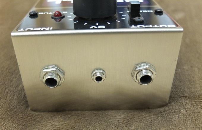 電源は9V電池、アダプターから供給。アダプターは通常のプラグでは合わないので変換プラグを介します。(変換プラグ付属します)