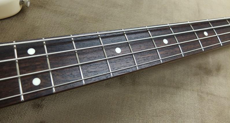 指板のローズウッドは色の濃いものが使われており美しいです。
