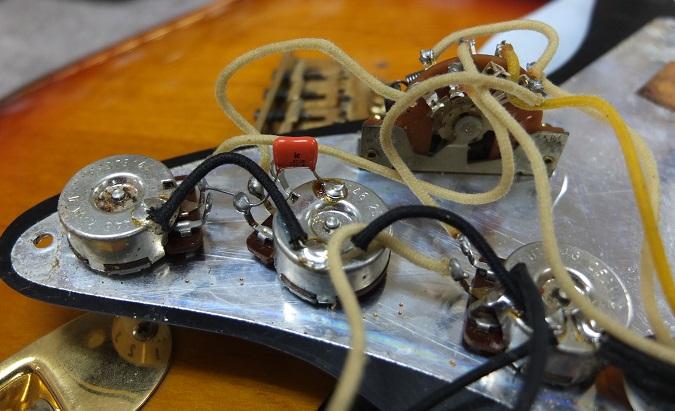 電気パーツ。キャパシタは通常のストラトと異なり、0.022μFのフィルムキャパシタ。これは実際にSRVが使用していたギターに準じているようです。