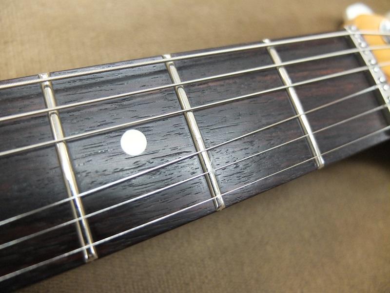 ローポジションのプレーン弦側でフレットの減り、少しの凹みが見られますが、まだ摺合せせずに弾きこめる程度。