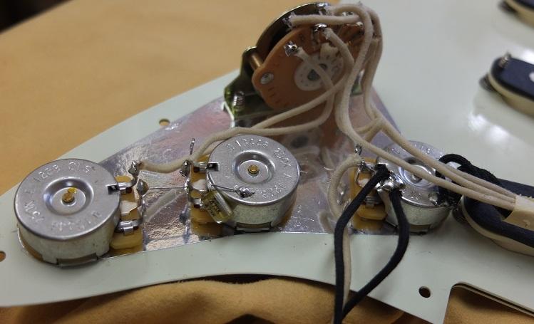 ポットやスイッチ類はUSA製。ワイアーもクロスワイアーとなっています。