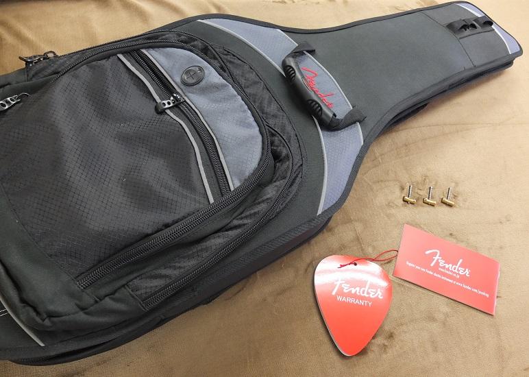 Fender Japan時代の豪華ギグバックをお付けいたします。写真に写っているサドルはオリジナルのサドル(勿論これも付属)。