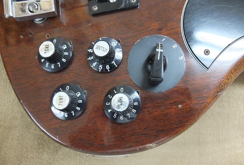 コントロールは2Vol.2Toneでロータリースイッチは3段階のローカーットとなっています。2⇒3の順にローカットの量が大きく鳴りエッジの効いたサウンドに変化します。1はローカットオフ。