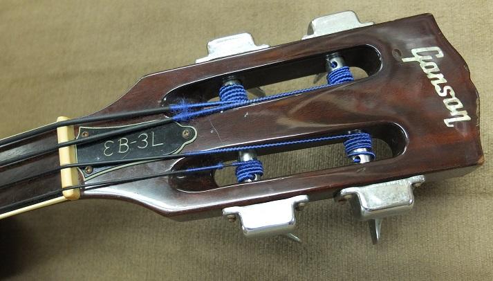 スロテッドのヘッド。弦はダダリオのブラックナイロンを張ってあります。