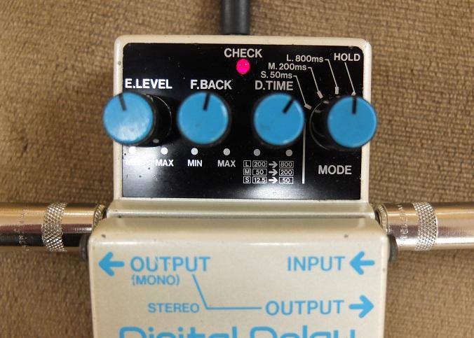 操作系は現行のDD-3と同じ。デイレイ音を延々と繰り返す「Hold」も搭載。アウトプットはステレオ仕様ですが、モノラルで使用する場合は左側のアウトからディレイ音とダイレクト音が合わさって出力。ステレオ接続の時は左のOutputはデイレイ音、右のOutputはダイレクト音となります。