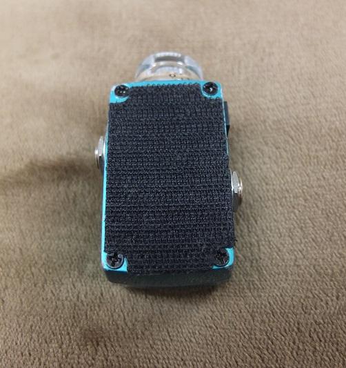 裏面にはボードに固定するためのマジックテープが貼られています(もともと付属していたマジックテープ)。